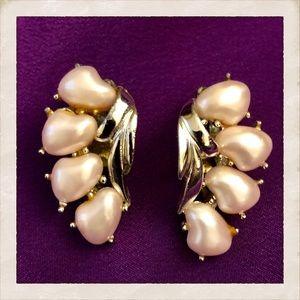 Beautiful Vintage Faux Pearl Clip On Earrings!